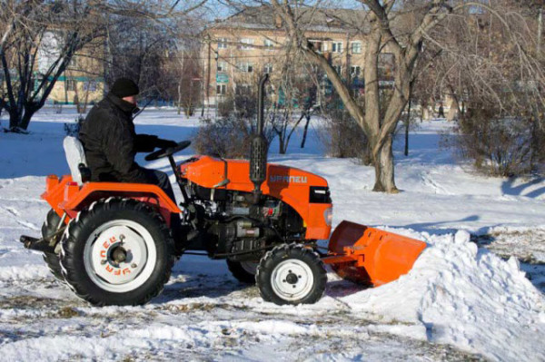 Мини трактор для очистки снега