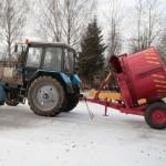 Измельчитель рулонов грубых кормов ИРК-145 в сцепке с трактором