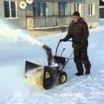 Снегоуборщик бензиновый Huter SGC 4100 в работе