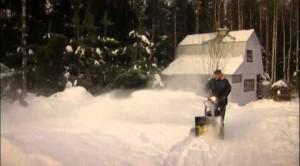 снегоуборщик Champion ST556 в работе