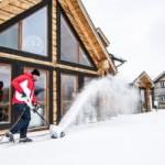 Снегоуборщик Huter SGC 1000E в работе
