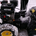 Снегоуборщик Huter SGC 4000 на улице