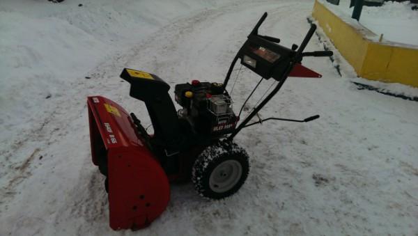 Снегоуборщик MTD E 640F на улице