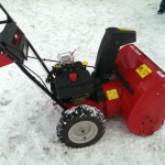 Снегоуборщик MTD E 640F на улице в профиль
