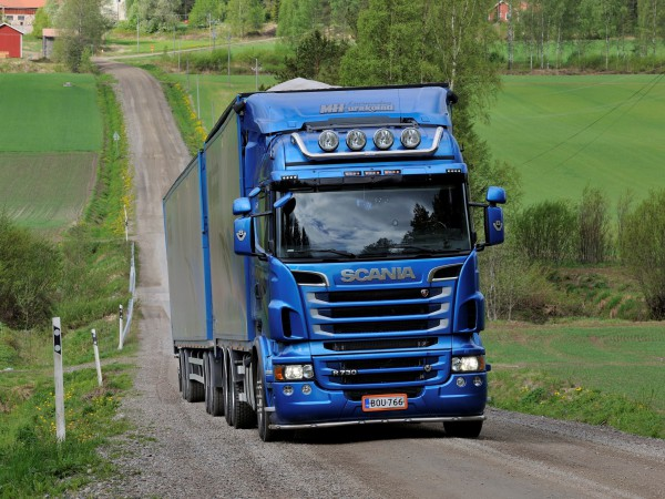 Scania R730 по проселочнойдороге