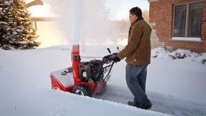 Снегоуборщики бензиновые самоходные: особенности и рейтинг