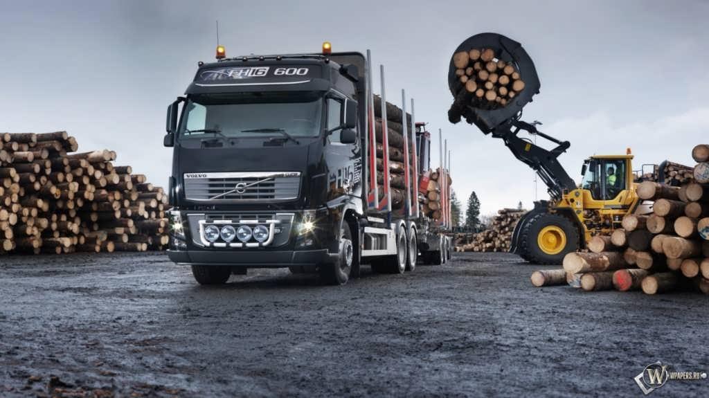 Процесс погрузки сортимента на Volvo FH