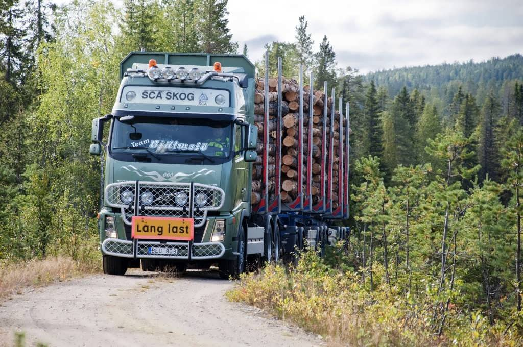 Фото лесовоза Volvo на ровной дороге.