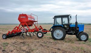 Фото: Устройство «Агратор» на тракторе МТЗ-82