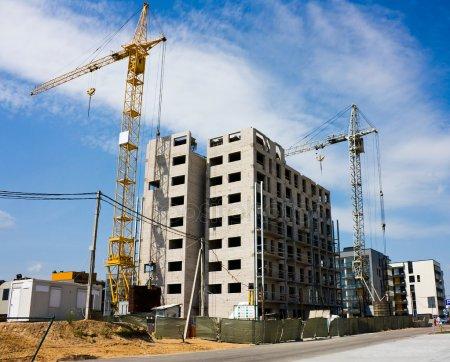 Строительство жилых домов, кран — стоковое фото