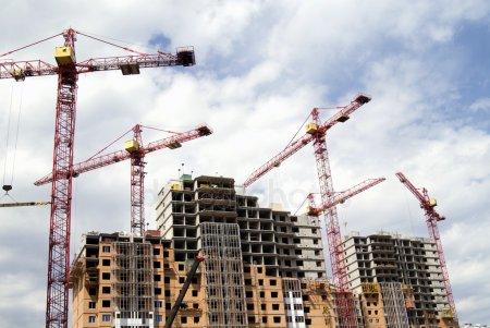 Строительные краны и строительные здания — стоковое фото