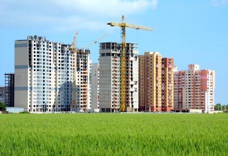 Район жилой застройки в процессе строительства — стоковое фото