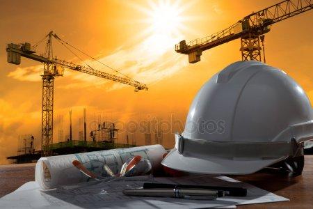 Шлем безопасности и архитектор pland на деревянном столе с закатом scen — стоковое фото