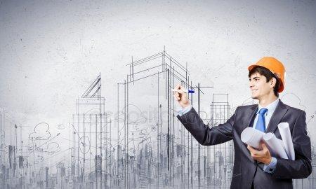Инженер, рисование эскизов проекта строительства — стоковое фото