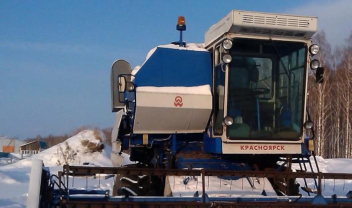На комбайн Енисей 1200 устанавливается навесное оборудование и различные приспособления