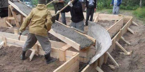 По лотку бетон поступает к месту заливки