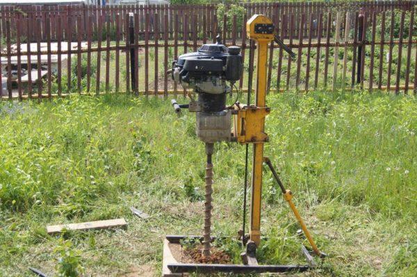 Ручной агрегат с пневмоударником пробуривает ствол глубиной 30-40 м.