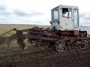 трактор Е-70 обработка земли