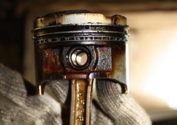 Свежее масло смывает отложения на деталях двигателя